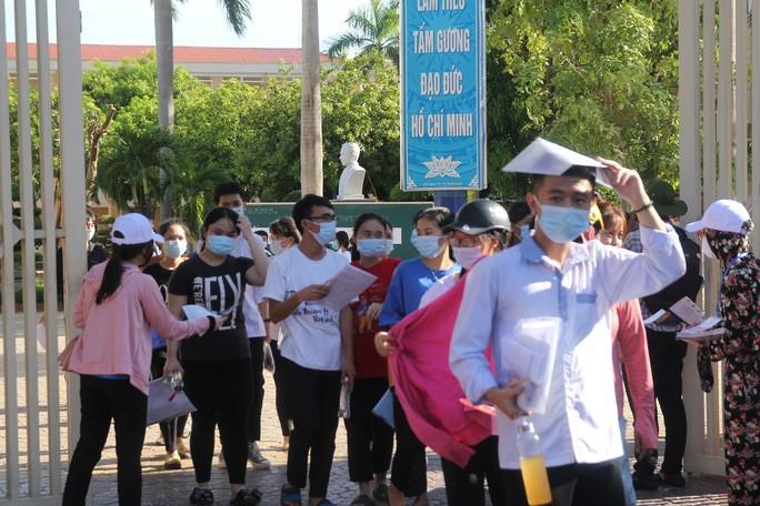 Thời tiết nắng nóng khiến việc đi lại của thi sinh, chờ đợi của người nhà tại các điểm thi ở TP Vinh gặp một số khó khăn.
