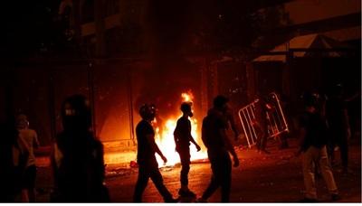 Bất ổn ở Beirut dâng cao, lửa cháy rực thành phố. Ảnh: Reuters