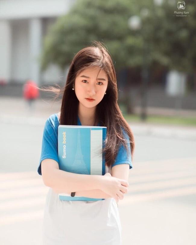 Nữ sinh Lê Thị Mai, sinh viên năm nhất, chuyên ngành Tiếng Anh chuyên nghiệp quốc tế của trường ĐH Bách khoa Hà Nội. Nữ sinh khiến cư dân mạng không khỏi 'dậy sóng' bởi những hình ảnh trong trẻo trong trang phục thể dục của trường.