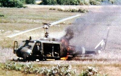 Xác một chiếc trực thăng UH-1A bị bắn hạ ở chiến trường Việt Nam.