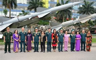 Một số cặp vợ chồng các Anh hùng tên lửa A72 tại cuộc gặp mặt ở Bảo tàng PK-KQ. Ảnh: Hữu Mão.