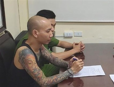 Phú Lê tại cơ quan Công an (ảnh TL)