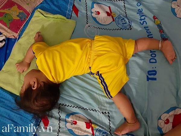 Dù mẹ có đặt bé nằm lại ngay ngắn nhưng chỉ được một lúc, bé lại lăn lộn về đúng dáng ngủ tự do như là sở thích đặc biệt của mình.