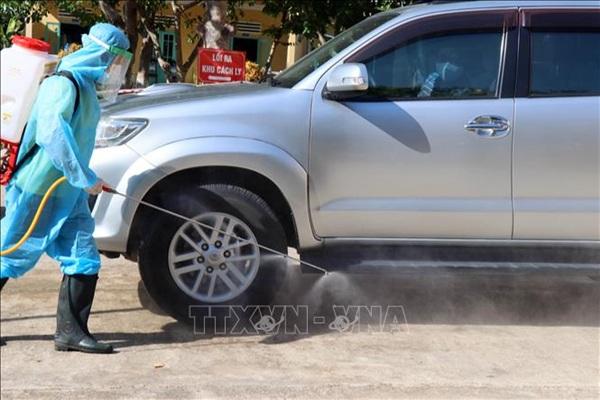 Phun thuốc khử trùng tại khu cách ly tập trung huyện Phú Ninh, tỉnh Quảng Nam. Ảnh: Trần Tĩnh/TTXVN