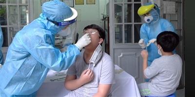 Nhân viên y tế lấy mẫu bệnh phẩm để xét nghiệm