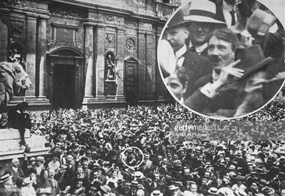 Hình ảnh được cho là của Hitler tại điểm đăng kí nhập ngũ ở Đức trước khi chiến tranh nổ ra (Ảnh: Getty Images)