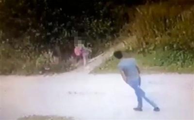 Kẻ tấn công đi theo cô bé.