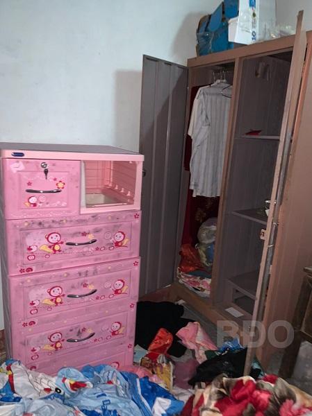 Tủ quần áo trong nhà ông T. bị lục tung - Ảnh: Báo Bình Định