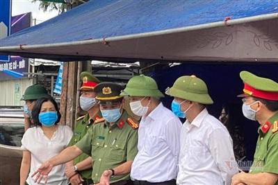 Giám đốc Công an tỉnh Hải Dương, Đại tá Lê Ngọc Châu và Bí thư thành ủy Lê Đình Long trực tiếp kiểm tra việc thực hiện cách ly xã hội