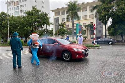 Phun khử khuẩn phương tiện ra vào thành phố