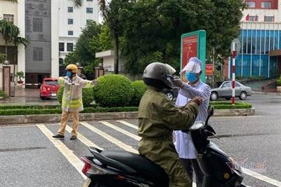 Đo thân nhiệt người dân khi đi ra ngoài đường