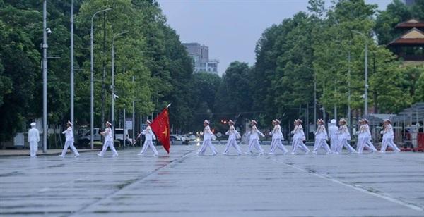 Đội tiêu binh Bộ Tư lệnh bảo vệ Lăng Chủ tịch Hồ Chí Minh mang theo lá cờ được gắn dải băng tang tiến vào Quảng trường Ba Đình