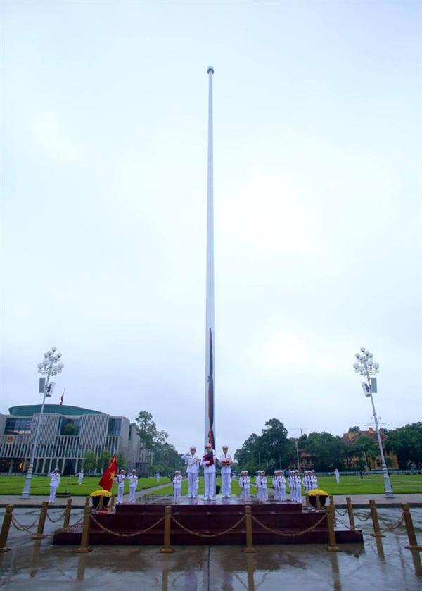 Cờ rủ trong Lễ Quốc tang là cờ có dải băng đen với kích thước bằng 1/10 chiều rộng và chiều dài bằng chiều dài lá cờ. Cờ chỉ được treo đến 2/3 cột với băng vải đen buộc để cờ không bay.