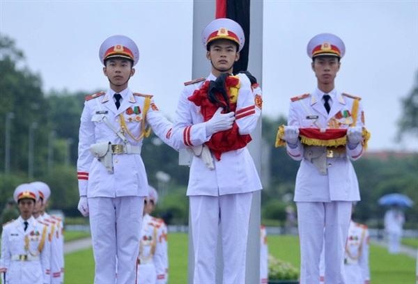 Trong nghi lễ treo cờ rủ, tiêu binh không tung lá cờ ra trong khi cờ được kéo lên cột mà ôm vào ngực
