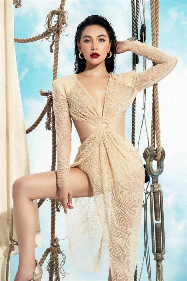 Trong bộ ảnh mới nhất, Quỳnh Thư tiếp tục phô diễn những đường cong nóng bỏng của cơ thể cùng đôi chân dài miên man hậu giảm 7kg.