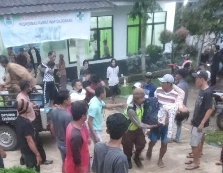 Nhân viên y tế đưa người bị sét đánh tới bệnh viện.
