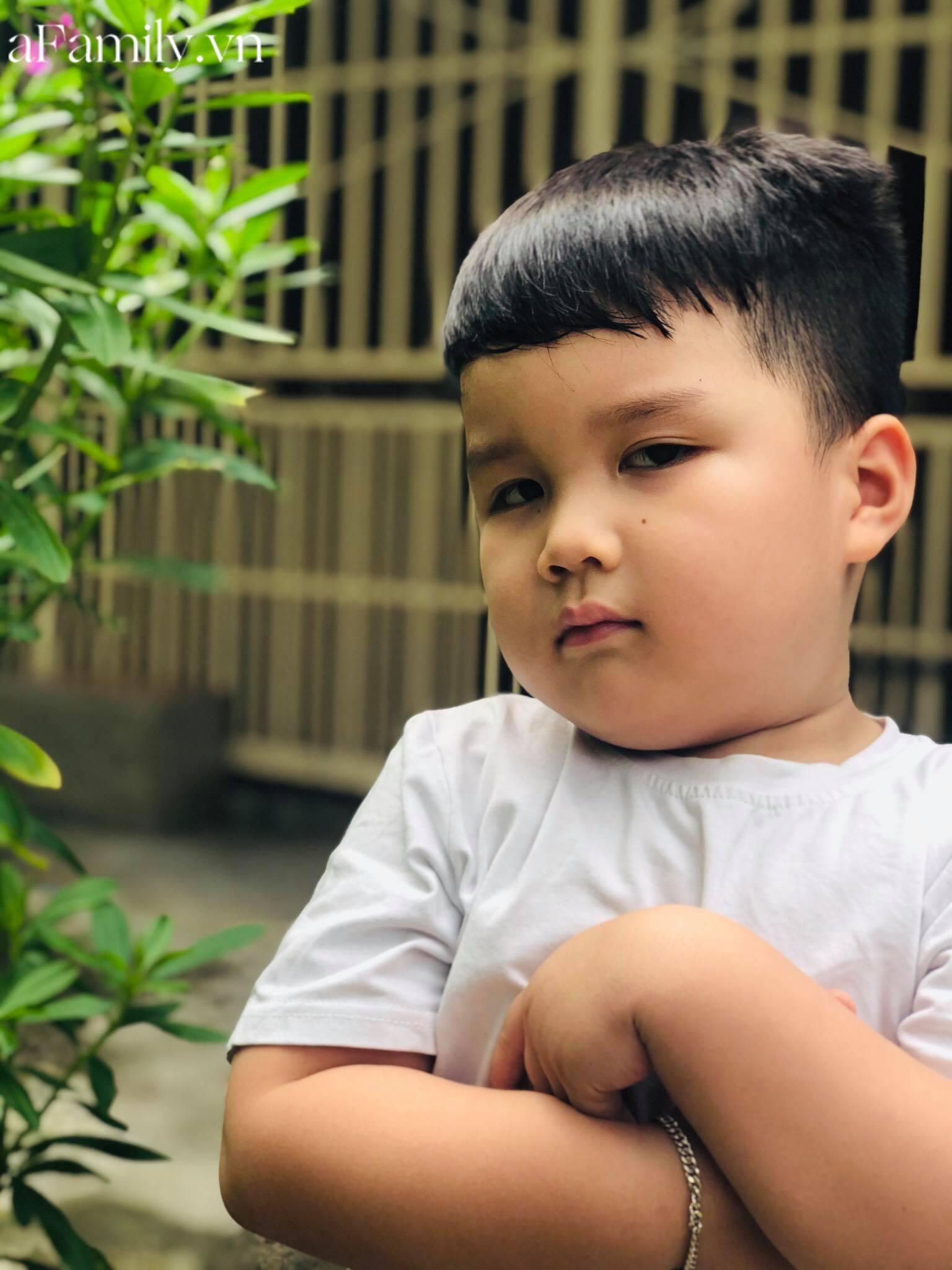 Nhật Minh điển trai 4 tuổi, nặng 24kg và cao 105cm.