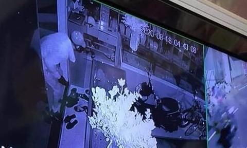 Hình ảnh ghi lại tên trộm vào trong ngôi nhà rồi lấy vàng.
