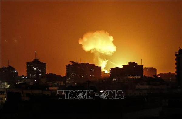 Khói lửa bốc lên sau cuộc không kích do Israel tiến hành nhằm vào các mục tiêu của Hamas tại Dải Gaza. Ảnh: AP