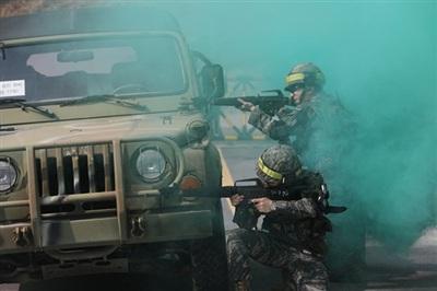 Lực lượng dự bị tham gia một cuộc diễn tập chiến đấu giả tại một trại huấn luyện quân sự ở thành phố Namyangju, tỉnh Gyeonggi. Ảnh: Yonhap