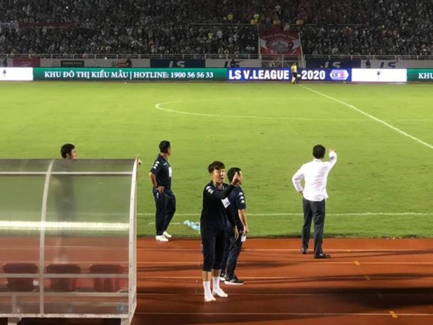Hành động của ôngYang Jae-mo hướng về phía Trưởng Ban trọng tài VFF Dương Văn Hiền ở trận đấu hôm 24/7 vừa qua. (Ảnh: Khán giả trên khán đài sân Thống Nhất)