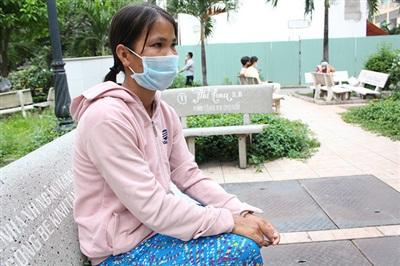 Bùi Thị Ngọc Tuổi chờ đợi bên ngoài phòng điều trị của chồng tại BV Chợ Rẫy - Ảnh: Vietnamnet