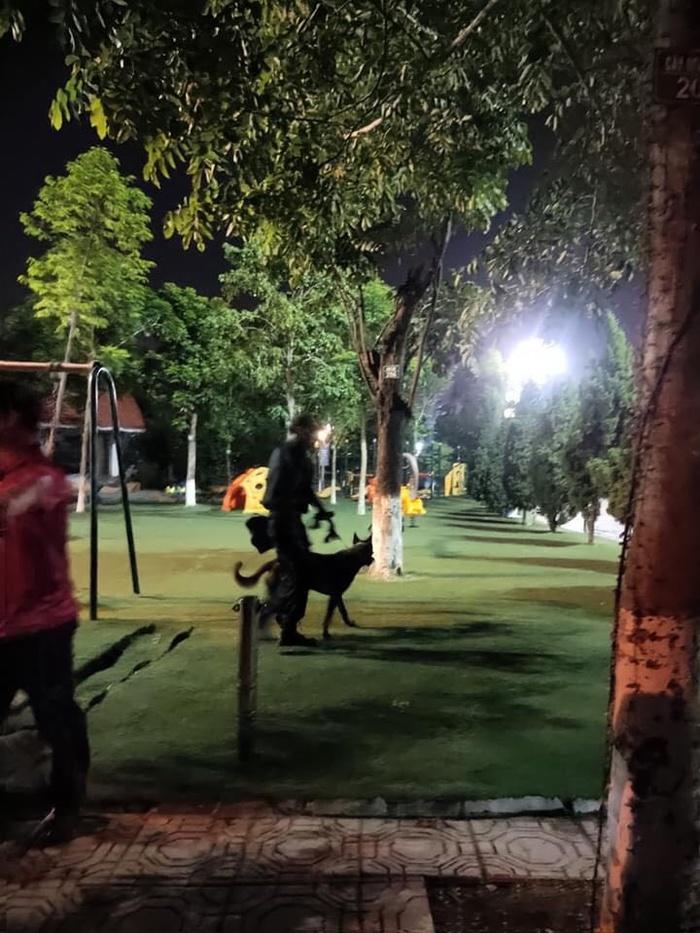 Công an huy động chó nghiệp vụ, trắng đêm tìm bé trai 2,5 tuổi mất tích bí ẩn ở công viên.