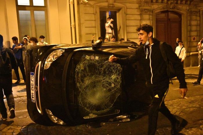 Một chiếc xe khác bị đập bể kính, nằm trỏng chơ trên đường.