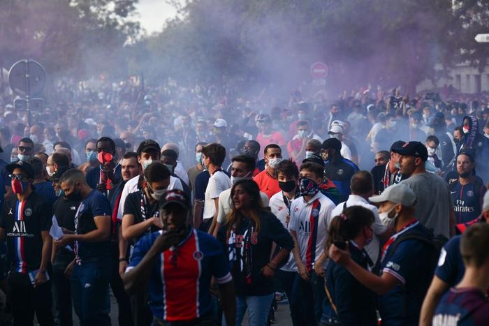 Họ tụ tập thành những đám đông trên đường phố, đốt pháo khói mù mịt.