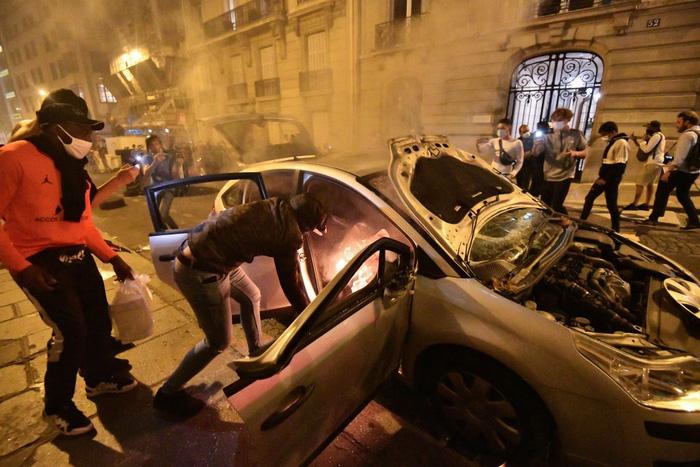 Đỗ xe ở đường phố Paris là một sự mạo hiểm. Nơi đây đã không ít lần xảy ra tình trạng đốt phá, cướp bóc.