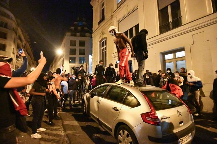 Những kẻ quá khích tràn ra đường đập phá, đốt xe. Hầu hết trong số này là thanh niên.