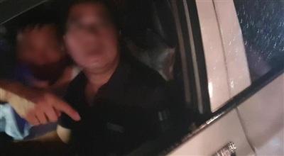 Tài xế ô tô được cho là gây tai nạn rồi bỏ chạy mặc cho người dân ngăn cản. (Ảnh Facebook N.M.H.).