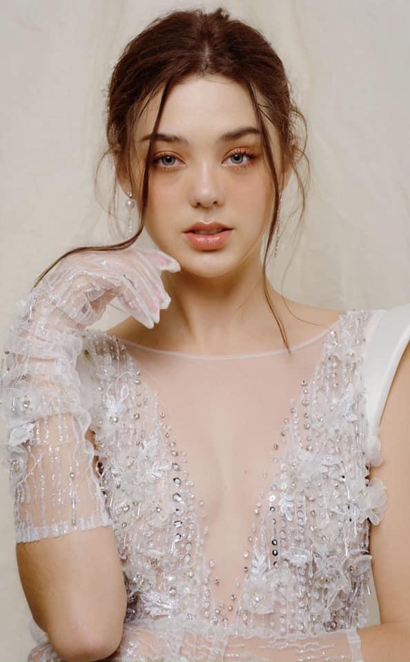 Được biết, Dianka Zakhidova sinh năm 2000, đến từ Ukraine. Cô hiện đang là người mẫu tự do, sinh sống và làm việc tại TPHCM.