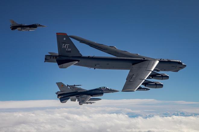 Tiêm kích F-16 của Bỉ hộ tống một trong 4 chiếc B-52H thực hiện hành trình bay qua 30 quốc gia thành viên NATO vào cuối tuần vừa qua. Ảnh: Không quân Bỉ.Đến sáng ngày 28/8, 4 trong số 6 chiếc B-52H cất cánh từ Fairford bay qua nhiều quốc gia ở châu Âu, hai chiếc khác ở Mỹ thực hiện các bài bay tương tự bên trong lãnh thổ nước Mỹ và Canada. Tất cả chúng đều trở về căn cứ vào buổi chiều cùng ngày.Trong số các máy bay ném bom Mỹ bay bầu trời châu Âu hôm 28/8 thì chỉ duy nhất 1 chiếc B-52H mang ký hiệu 'NATO01' hướng đến Biển Đen. Nó được xem là 'mồi nhử' để Nga phải kích hoạt hệ thống phòng không trong khu vực.Sở dĩ, nói như vậy là vì thời điểm 'NATO01' bay qua vùng biển quốc tế trên Biển Đen thì cũng có hai máy bay trinh sát điện tử RC-135V/W của Không quân Mỹ hoạt động gần đó. Rõ ràng, NATO và Mỹ đã cố gắng sắp đặt sự kiện trên để đánh giá năng lực phòng thủ của người Nga.Người Nga đã phản ứng mạnh với sự xuất hiện của 'NATO01' trên Biển Đen, bằng cách điều hai tiêm kích Sukhoi Su-27 lên đánh chặn máy bay ném bom Mỹ. Các phi công Nga cũng không ngần ngại cho phi hành đoàn 'NATO01' thấy họ sẵn sàng sử dụng vũ lực khi cần thiết, đồng thời ép chiếc B-52H phải chuyển hướng.Khi được hỏi về cuộc chạm trán trên, Đại tướng Jeff Harrigian, Tư lệnh lực lượng Không quân Mỹ ở châu Âu và châu Phi cho rằng:'Những hành động như vậy làm gia tăng các nguy cơ đụng độ trên không, không cần thiết và không phù hợp với kỹ thuật bay an toàn và quy định bay quốc tế.' Theo David Axe, phản ứng của Nga vào hôm 28/8 đã mang lại cho Mỹ một số thông tin có giá trị về hệ thống phòng thủ của Moscow ở Biển Đen thông qua các dữ liệu hai chiếc RC-135V/W thu thập được.