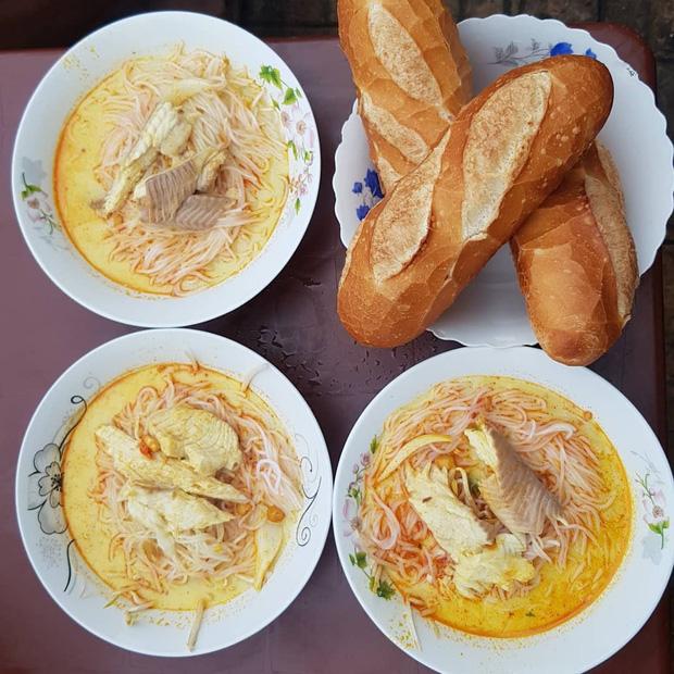Bún kèn Châu Đốc thường được dùng chung với bánh mì. - (Ảnh: @michelletang_sgn)