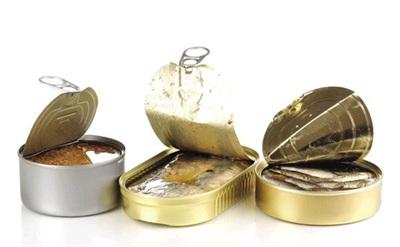 Khi lựa chọn và sử dụng thực phẩm đóng hộp cần chọn hộp còn hạn sử dụng dài, không bị méo mó, không bị phồng. Ảnh minh họa