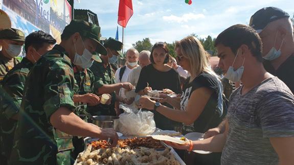 Các 'anh nuôi' Quân đội Nhân dân Việt Nam phục vụ luôn tay để đáp ứng nhu cầu của khách quan. Ảnh: Báo QĐND.