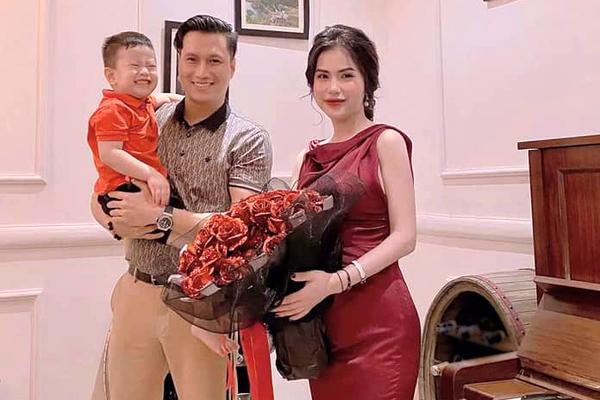 Việt Anh tặng hoa cho vợ cũ.