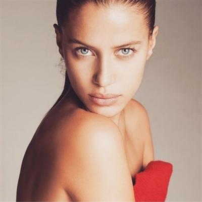Brad Pitt, Nicole Poturalski đã dành nhiều thời gian cho nhau kể từ đó tại Mỹlẫn Pháp trong các chuyến đi nghỉ cùng nhau.