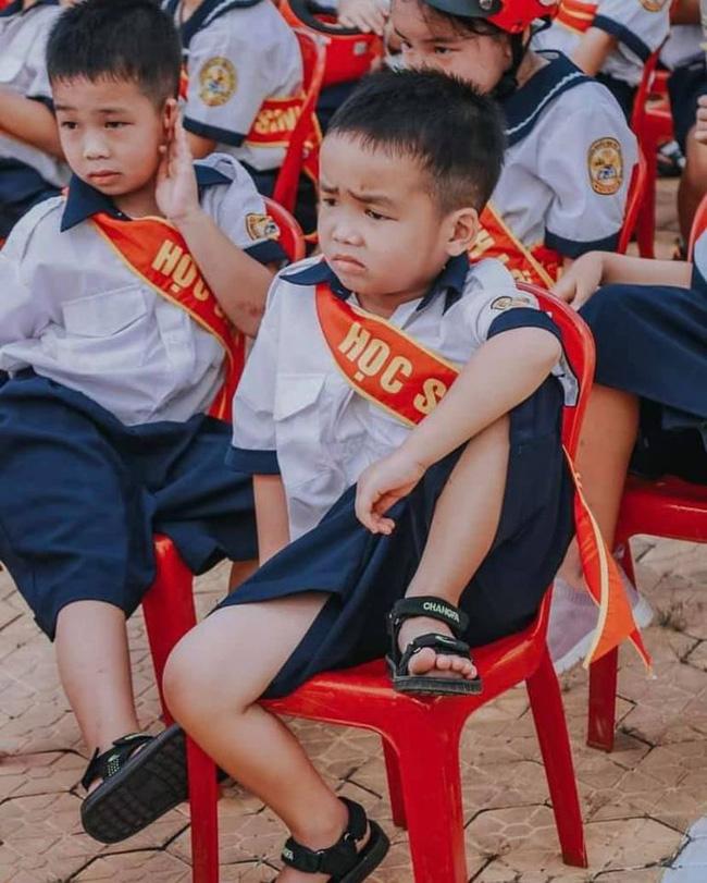Bức ảnh gây sốt ngày tựu trường vì thần thái 'trùm trường' của cậu bé.