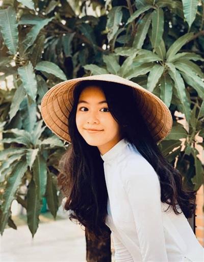 Càng lớn, hai cô con gái nhà MC Quyền Linh càng trổ sắc xinh xắn như Hoa hậu.