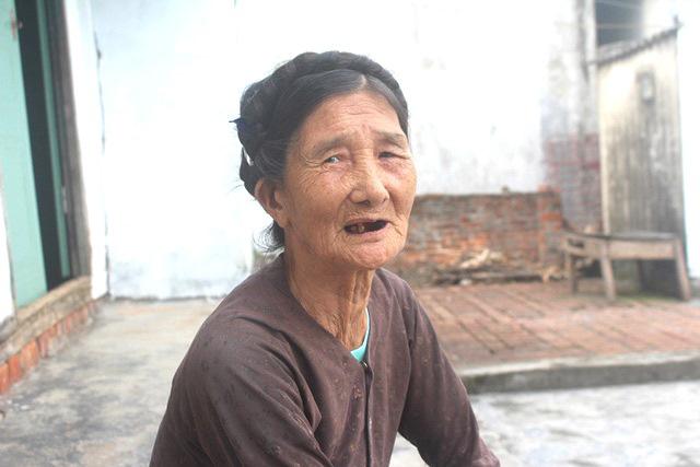 Cụ Trần Thị Hà gần 80 tuổi tự tay viết đơn xin ra khỏi danh sách hộ nghèo. Ảnh: Đ.Tùy