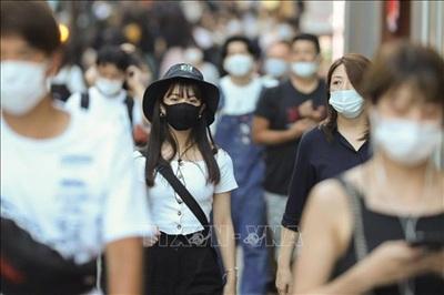 Người dân đeo khẩu trang phòng lây nhiễm COVID-19 khi di chuyển trên đường phố tại Tokyo, Nhật Bản, ngày 20/8/2020. Ảnh: THX
