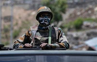 Lính Ấn Độ tuần tra trên cao tốc Srinagar - Ladakh. Ảnh: AP