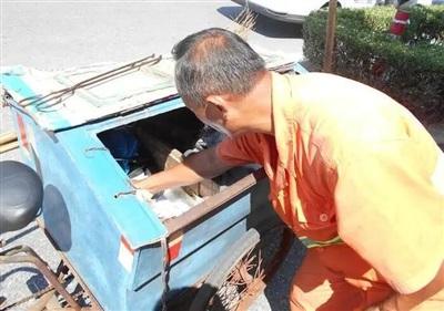 Ông Hàn phát hiện một bé gái bị bỏ rơi trong xe rác.