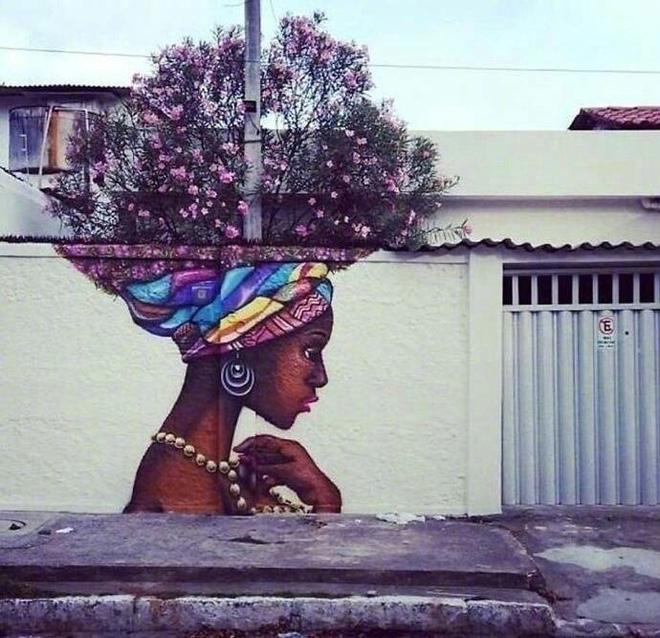 Mái tóc được tạo nên từ thiên nhiên hoa lá của cô gái trong tranh này chắc chắn sẽ thu hút ánh mắt của bất cứ ai vô tình bước qua nơi đây.