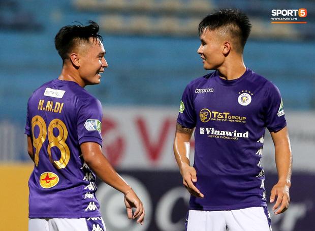Phút 88, Minh Dĩ chớp thời cơ ghi bàn thắng thứ 7 cho Hà Nội FC. Đây là bàn thắng đầu tiên của anh ở mùa giải 2020. Ngay lập tức, Quang Hải chạy tới ăn mừng cùng người đồng đội gắn bó với nhau từ hồi khoác áo đội U19 Việt Nam