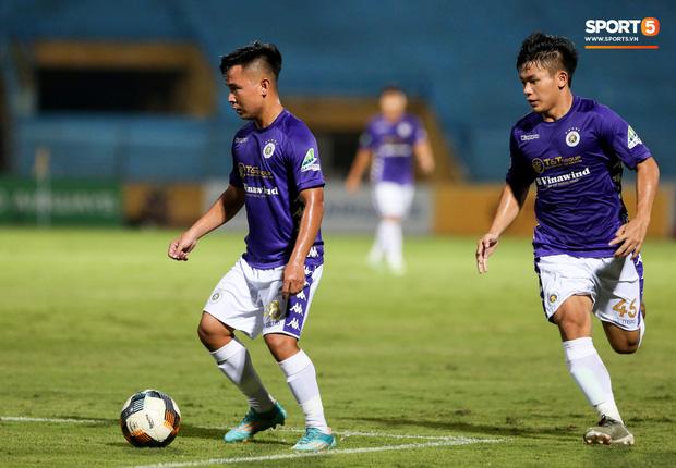 Hồ Minh Dĩ trưởng thành từ lò đào tạo trẻ PVF. Anh sinh năm 1998 và đã được khoác áo Hà Nội FC ba năm nay. Minh Dĩ được xem là quân bài dự bị chất lượng với cái chân trái khá khéo léo