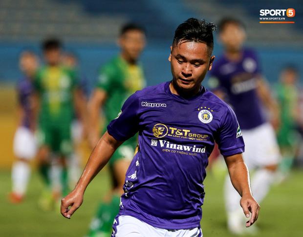 Hồ Minh Dĩ là cầu thủ sở hữu chiều cao khiêm tốn 1m59. Ở trận Hà Nội FC gặp Cần Thơ tối 11/9, Minh Dĩ được tung vào sân từ hiệp 2 và được xem là cầu thủ lùn nhất trên sân (Ảnh: Hiếu Lương)