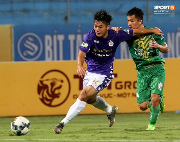 Hậu vệ Lê Văn Xuân cũng có chiều cao khiêm tốn nhưng lại sở hữu cơ đùi săn chắc, to lạ và được xem là tương lai của Hà Nội FC